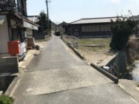県道沿い、山あい平地にあり生活環境良好